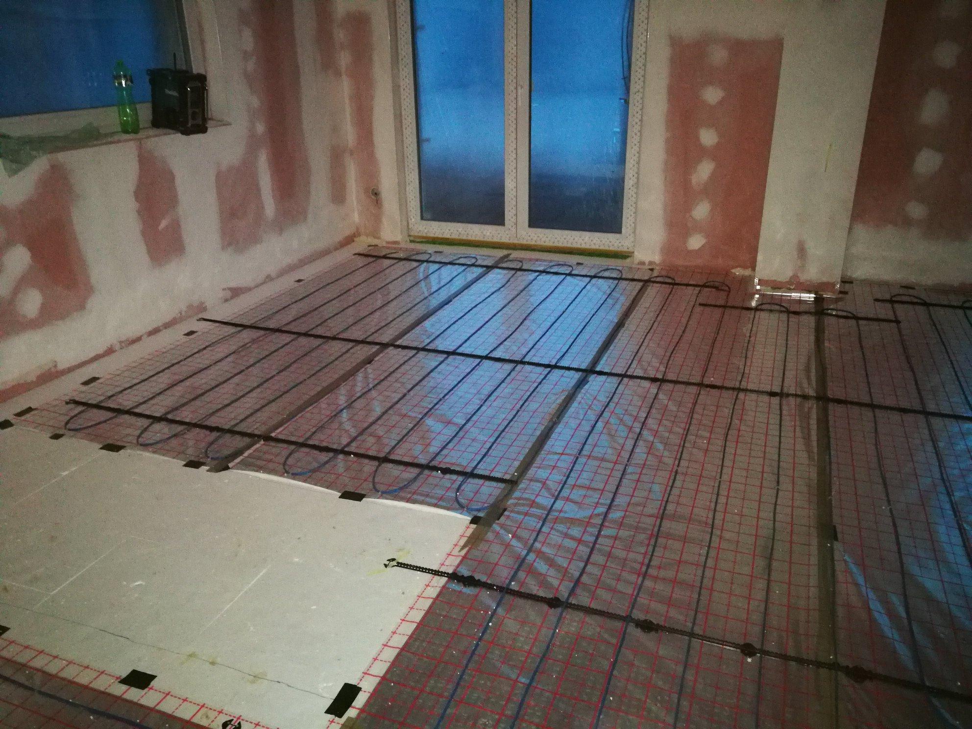 Dodávka a montáž elektrického podlahového topení od firmy Raychem v novostavbě rodinného domu ve Světnově.